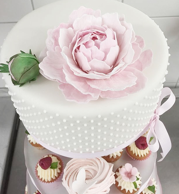 Cupcaketorte in Rose mit Zuckerblumen